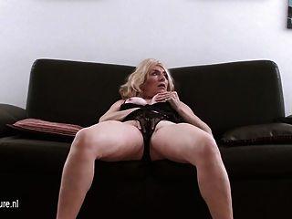 Velha dona de casa loira masturbando-se no sofá de fundição