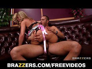 Sexy garota loira seduz seu cliente longe de sua data