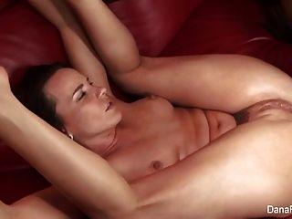 Dana fica ass fucked por um grande galo preto