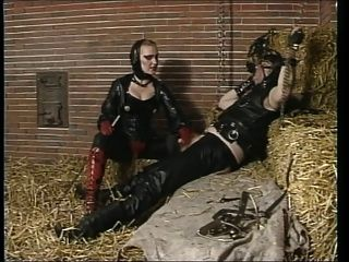 Amante de borracha montando escravo no celeiro