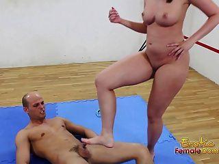 Morena no tapete controla seu homem submisso