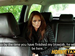Hornytaxi brunette húngaro assume um galo grande e grosso