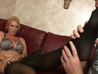 Punição da mãe (femdom, sapato cheirando, pés lambendo)