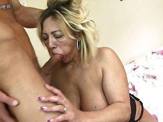 Madura mamãe fodida por seu jovem garoto