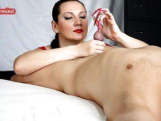 Pregos vermelhos e cor-de-rosa inserção do handjob
