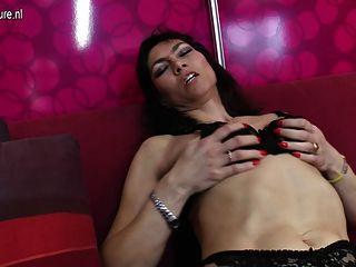 Sexy maduro dona de casa recebe seu bichano peludo molhado