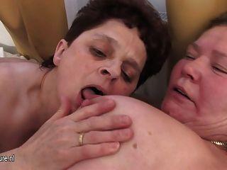 Maduras avós compartilham um galo duro