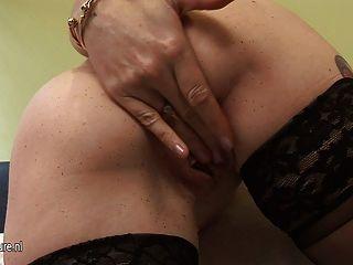 British mature slut adora mostrar-lhe lovebox para você