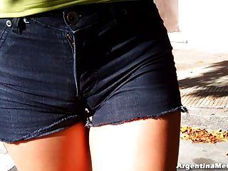 Burro quente grande em jeans apertados ultra apertados.Cameltoe, ass n tits