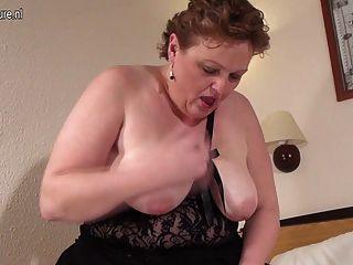Grande mãe branca com vagina com fome