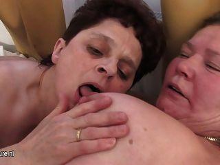 Três mães maduras compartilham um galo jovem