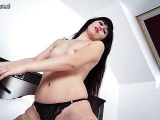 Hot milf masturbate em sua cama