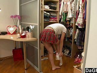 Jovem asiática adolescente descobrindo seu corpo