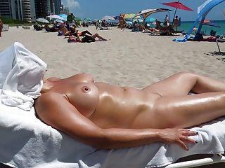 Peitos perfeitos na praia nua
