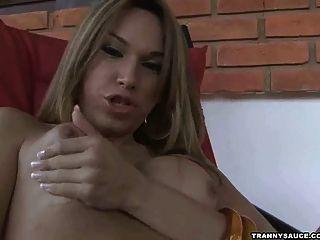 Sexy latina tranny jerking seu galo