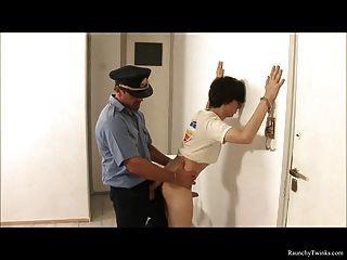 Rapaz travado preso e fodido pela polícia atrevido