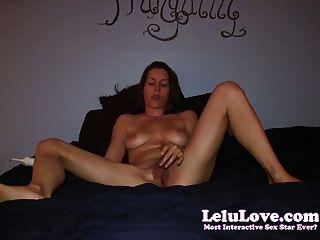 Garota amadora se masturba na cama para orgasmos de orelha de dois dedos do pé!