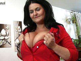 Nova mãe pornô madura com mamas naturais enormes