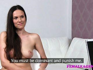 Roleplay sexy de femaleagent como o milf bonito pune impertinente
