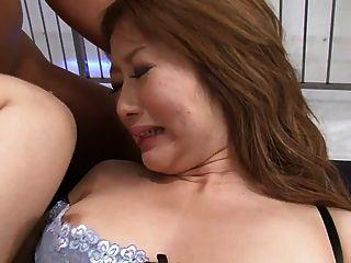 Morena linda tem três dicks duros enchendo seus buracos
