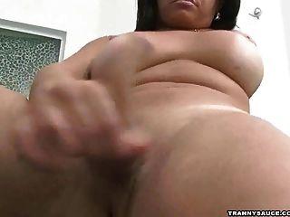 Shemale gordo no spa que joga com seu galo e esferas
