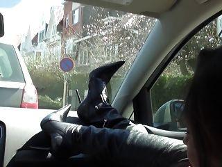 Cadela rica no carro nu sob trincheira e coxa botas altas