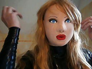 Boneca de látex mascarada com peruca loira