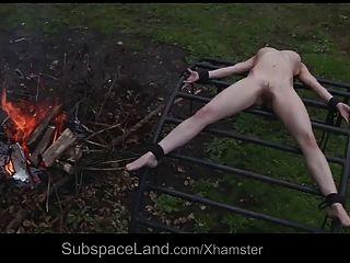 Magro escravo indefeso explorado fora por seu mestre