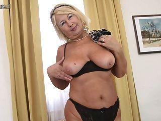 Linda avó com vagina com fome