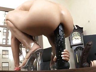 Âmbar com um dildo anal brutal
