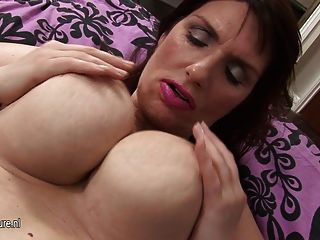 Masturbate masturbate grande bonito do breasted do mama sozinho
