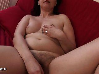 Dona de casa amadora brincando com seu bichano peludo