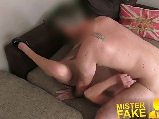 Misterfake marido irritado interrompe agente fodendo sua esposa