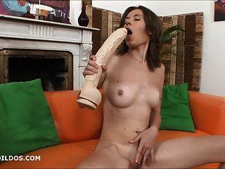 Lucie joga com dois grandes dildos brutais