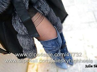 A garota mais sexy em botas overknee nua sob furcoat