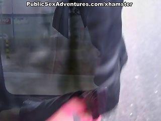 Menina sem calças suga galo desagradável