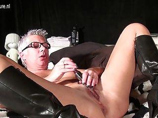 Mamãe madura masturbando com um brinquedo