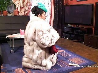 Elegante pêlo meretriz fodendo e chupando um galo em meias