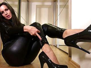 Sexy babe no catsuit preto brilhante