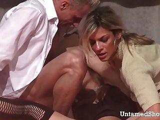 Dois strippers quente fodendo um grande galo