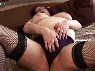 Kinky british granny trabalhando seu bichano