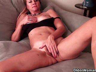 Mama peito de futebol se masturba em nylons