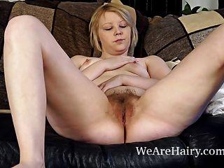 Danniella brinca com seu bichano peludo no sofá