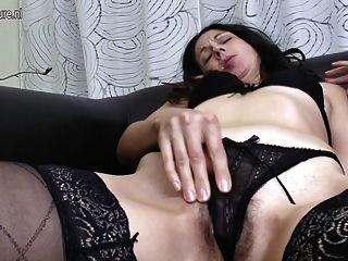 Mãe madura fode seu rabo e bichano peludo com os dedos