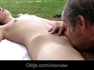 Jovem morena adolescente fode com oldman gordura