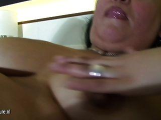 Maduras mamãe slut jogando em sua cama com um vibrador