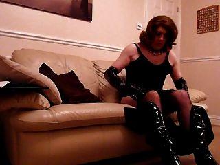Sexy travesti wanking em pvc e meia-calça