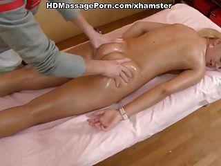 Loira quente despiu massageada e fodida duramente por seu massagista