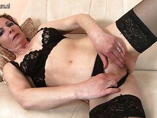 Mãe madura impertinente jogando com os dedos e brinquedo