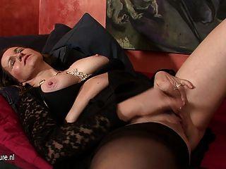 Kinky dona de casa brincando com um enorme dildo